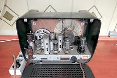作为老无线电接收机的硬件的管 库存图片