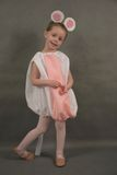 作为老鼠打扮的小芭蕾舞女演员 图库摄影