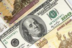 作为背景的俄国和美国钞票 免版税库存图片