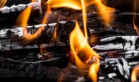 作为背景的灼烧的木炭 库存照片