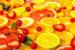 作为背景的美丽的新鲜的切的混杂的柑橘水果与二 免版税库存图片