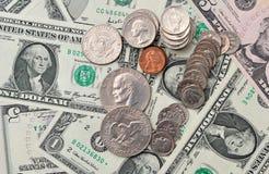 作为背景的美元硬币和钞票 免版税图库摄影