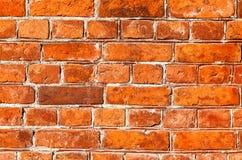 作为背景的老被风化的难看的东西红砖墙壁 免版税库存照片