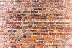 作为背景的被风化的难看的东西红砖墙壁 免版税库存照片