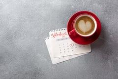 8作为背景看板卡日eps文件现在问候检验的另外的ai在空白待定救的华伦泰 在2月日历的红色咖啡杯 顶视图 免版税库存照片