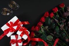 8作为背景看板卡日eps文件现在问候检验的另外的ai在空白待定救的华伦泰 红色玫瑰花、香槟和美国兵 免版税图库摄影