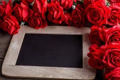 8作为背景看板卡日eps文件现在问候检验的另外的ai在空白待定救的华伦泰 红色玫瑰花和黑板 库存照片