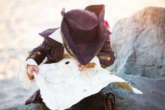 作为胡子男孩儿童服装礼服穿戴的英国假花梢乐趣愉快的万圣节他的对待窍门佩带的年轻人的海盗嬉戏的准备好的摇摆的剑时间 图库摄影