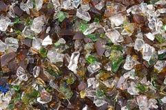从残破的酒瓶的玻璃芯片 库存图片