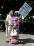 作为自豪感游行的耶稣打扮的人 库存照片