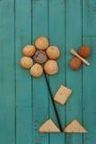 作为花和蜂被堆积的曲奇饼在木板 库存照片