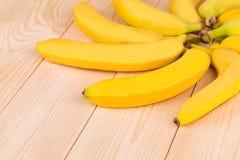 作为花的香蕉圆形在木头 免版税库存图片