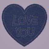 作为蓝色牛仔裤牛仔布元素的华伦泰心脏 传染媒介补丁,在桃红色背景的片段 图库摄影