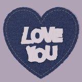 作为蓝色牛仔裤牛仔布元素的华伦泰心脏 传染媒介补丁,在桃红色背景的片段 免版税库存照片