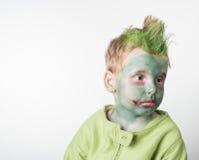 作为蛇神打扮的哀伤的小男孩 库存照片
