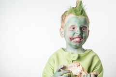 作为蛇神打扮的恼怒的小男孩 库存照片