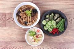 作为被发酵的大豆豆调味汁的有机泰国食谱与混杂的菜和棕色汤 库存图片