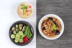 作为被发酵的大豆豆调味汁的有机泰国食谱与混杂的菜和棕色汤 免版税库存图片