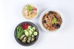 作为被发酵的大豆豆调味汁的有机泰国食谱与混杂的菜和棕色汤 库存照片