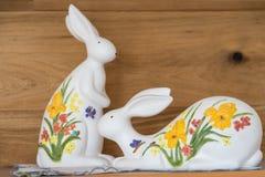 作为装饰的被绘的复活节兔子 库存图片