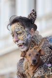 作为豹子假装的妇女在威尼斯期间狂欢节  免版税库存图片