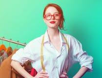 作为起始的裁缝的女实业家有衣裳的 免版税库存照片