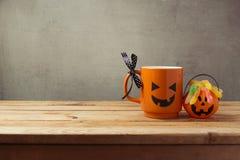 作为起重器o灯笼南瓜和糖果的在木桌上的咖啡杯的把戏或款待 日历概念日期冷面万圣节愉快的藏品微型收割机说大镰刀身分 库存图片