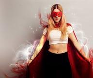 作为超级英雄打扮的一个少妇的画象 库存图片