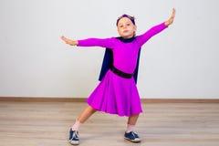 作为超级英雄打扮的女孩 免版税图库摄影