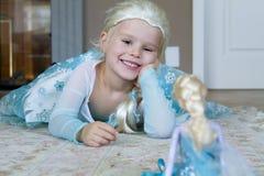 作为迪斯尼结冰的公主打扮的俏丽的女孩埃尔莎 免版税库存图片