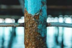 作为金属线篱芭一部分的一根生锈的铁杆 图库摄影