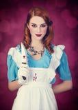 作为阿丽斯打扮的一名年轻红头发人妇女的画象在妙境 库存图片