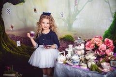 作为阿丽斯的美丽的小女孩在妙境 库存照片