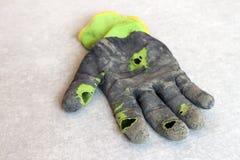 作为隐喻,概念或者sy的使用的老肮脏的被撕毁的工作者` s手套 免版税库存照片