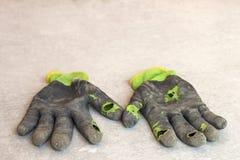作为隐喻,概念或者sy的使用的老肮脏的被撕毁的工作者` s手套 免版税图库摄影