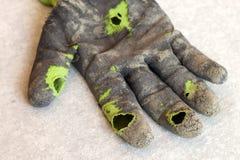 作为隐喻,概念或者sy的使用的老肮脏的被撕毁的工作者` s手套 库存图片