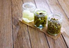 作为雀跃葱和黄瓜的被装瓶的腌汁 免版税图库摄影