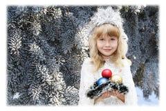 作为雪花打扮的小女孩 免版税库存照片
