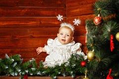 作为雪花打扮的逗人喜爱的小女孩 免版税库存图片