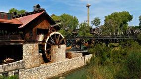 作为风景的水车在一个主题公园 免版税库存图片