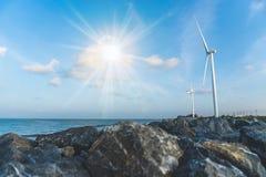 作为风轮机生态系统归零电源的风能交换器与天空蔚蓝 库存图片