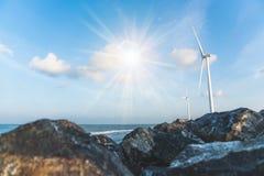 作为风轮机生态系统归零电源的风能交换器与天空蔚蓝 图库摄影