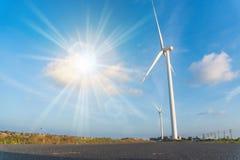 作为风轮机生态系统归零电源的风能交换器与天空蔚蓝 免版税库存照片
