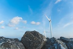 作为风轮机生态系统归零电源的风能交换器与天空蔚蓝 库存照片