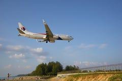 作为飞机感兴趣的访客在机场登陆 库存照片