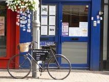 作为餐馆标志使用的自行车 免版税图库摄影