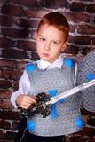 作为骑士打扮的小男孩 免版税库存照片
