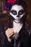 作为骨骼被绘的美丽的妇女 播种被扩大的火光灵活性光晕月光奥秘影子蜘蛛网的大明亮的铸件古怪 免版税库存图片