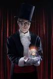 作为魔术师打扮的人 免版税库存图片