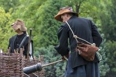作为17世纪唯利是图的战士穿戴的历史爱好者装载他的 免版税图库摄影